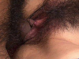 Sehr behaarte japanische Muschi von Remika Uehara wird geleckt und rasiert